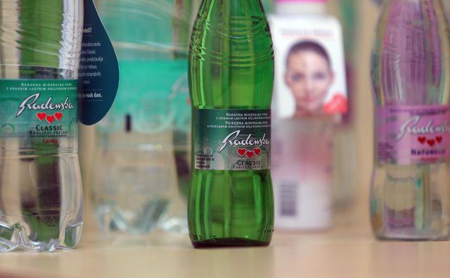 Radenska v četrtlitrski steklenički je popolnoma varna za potrošnike in skladna z deklaracijo, je pokazala analiza uprave za varno hrano, so sporočili iz Radenske. FOTO: Tadej Regent/Delo