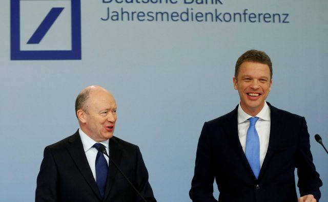 Nekdanji izvršni direktor Deutsche Bank John Cryan in Christian Sewing, ki ga je zamenjal aprila letos. FOTO: Ralph Orlowski/Reuters