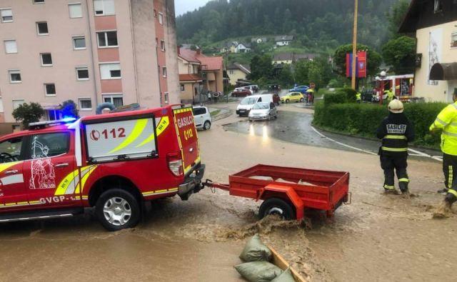 Vse se je zgodilo v 20 minutah. Bregove sta prestopila dva potoka, meteorne vode pa so zalile center Prevalj. FOTO: Rodrigo Contreras Lopez/Facebook
