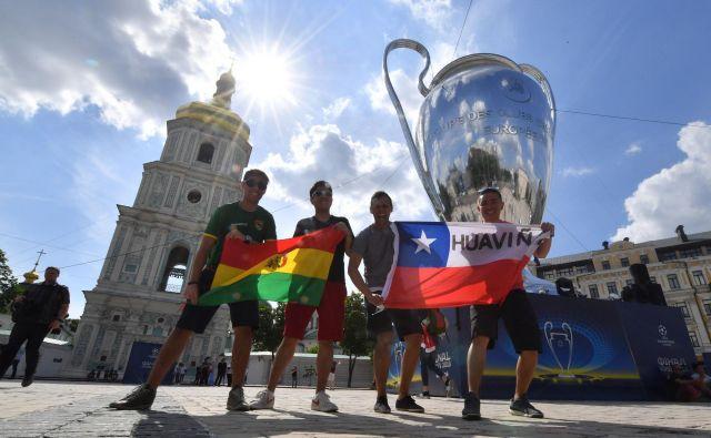 In skoraj bolj kot sam občutek po tekmi (zmagoslavni ali otožni) je močnejše nestrpno pričakovanje v zadnjih urah pred finalom, ki ga znajo pri Evropski nogometni zvezi (Uefa) dobro unovčiti. FOTO: Sergei Supinsky/AFP