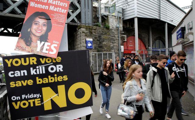 Propagandni plakati v središču Dublin. FOTO: Max Rossi/Reuters