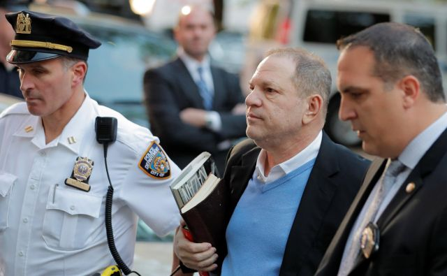 Weinstein se je predal policiji. FOTO: Lucas Jackson/Reuters