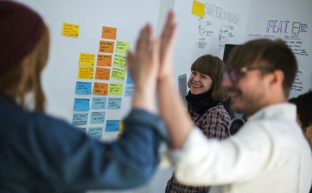 V projektu Mreža Alpe Jadran mladi zamejci spoznavajo skupno regijo ter pridobivajo dodatne poslovne kompetence in kontakte. Fotografija je simbolična. FOTO: Reuters