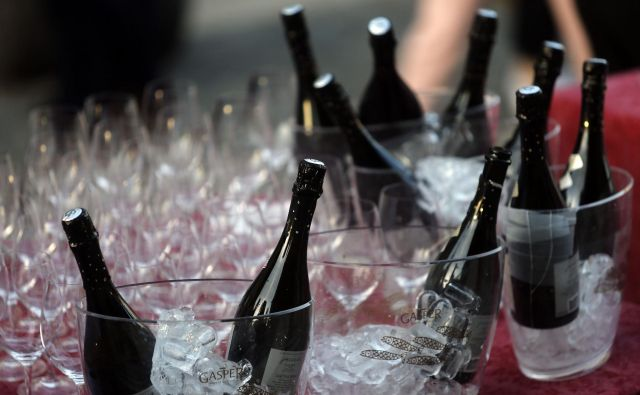 Poslanska skupina, ki ima le 34 članov, je za leto 2016 obračunala 234 steklenic penine (najdražje steklenice so stale 81 evrov). FOTO: Blaž Samec/Delo