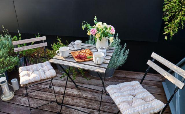 Če je na balkonu prostora za mizico in dva stola, bo to zagotovo najprijetnejši kotiček za zajtrke v dvoje ali popoldansko kavico s sladico. FOTO: Shutterstock