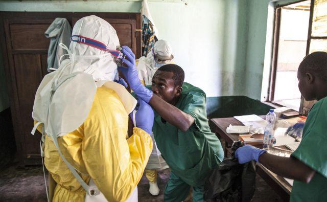 Ebola je izjemno nevarna in nalezljiva bolezen, zato se morajo zdravstveni delavci, ki so najbolj ogroženi, pri stikih z okuženimi popolnoma zaščititi. FOTO AP