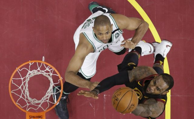 LeBron James se je od blizu spogledoval s trojnim dvojčkom. Foto Tony Dejak/AP