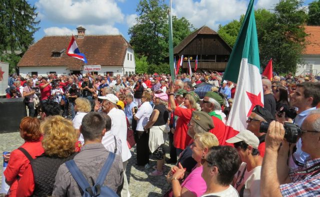 Na osrednjo slovesnost pred Titovo rojstno hišo so ljudje prišli od vsepovsod. FOTO: Bojan Rajšek/Delo