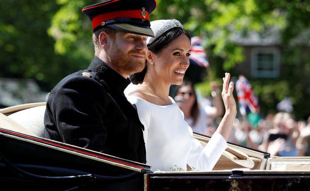 Če smo rekli, da kraljevi obred ni podlegel spektakelski logiki, pa to seveda ne pomeni, da dogodek ni bil do potankosti načrtovan in izpeljan – tako rekoč do zadnje cvetlice na oltarju. FOTO: Peter Nicholls/Reuters