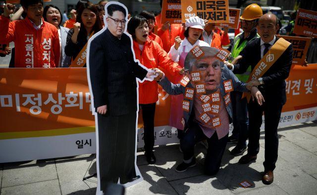 V Seulu je skupina mirovnikov pred ameriškim veleposlaništvom protestirala zaradi odločitve Donalda Trumpa. FOTO: Reuters