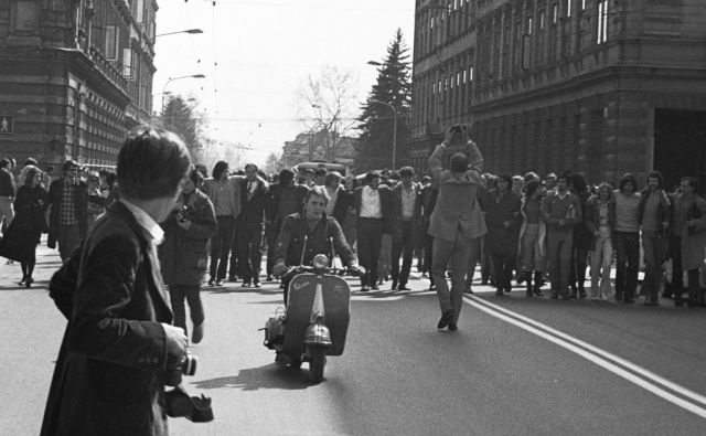 Vespa in demonstracije leta 1971 v središču Ljubljane. FOTO: Franček Drenovec
