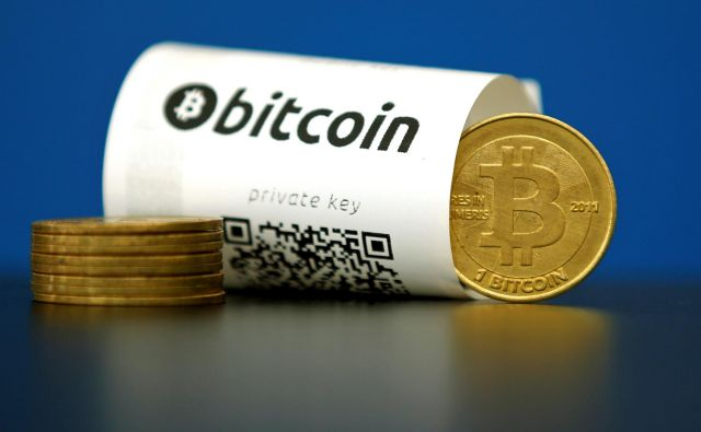 A Bitcoin (virtual currency) paper wallet with QR codes and a coin are seen in an illustration picture taken at La Maison du Bitcoin in Paris, France, May 27, 2015. REUTERS/Benoit Tessier/File Photo - RTX2CI5N FOTO: Š Benoit Tessier/Reuters/Reuters