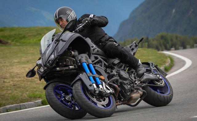 Niken ni tricikel, ima pa res tri kolesa, a ga ni mogoče voziti z izpitom kategorije B, saj je to čistokrven motocikel s kar 84 kW (115 KM) moči.