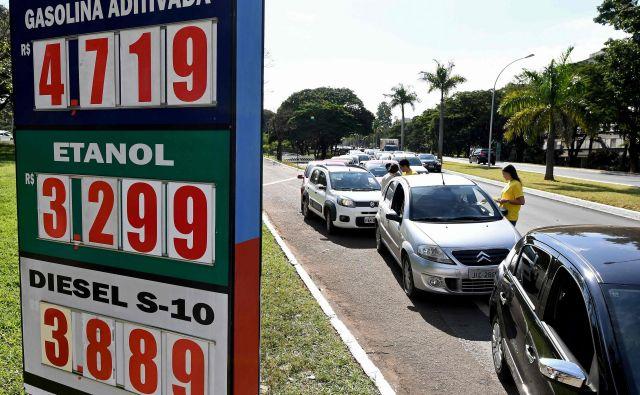 Gneča pred bencinsko črpalko. FOTO: Evaristo Sa/AFP