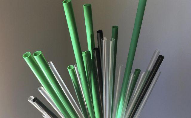 Poleg omenjenih plastičnih izdelkov so na muhi prepovedi še plastične slamice, držala za balone, vatne palčke. FOTO: Barbara Woike/Ap