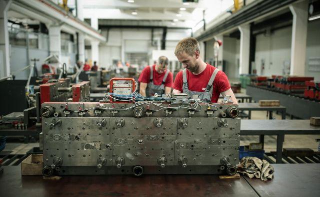 Razmeroma malo velikih podjetij (še vedno) tvori jedro gospodarstva. Fotografija je iz proizvodnje družbe Domel. FOTO: Uroš Hočevar/Delo