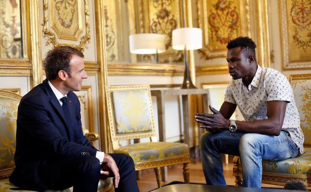 Francoski predsednik Emmanuel Macron in Mamoudou Gassama. FOTO: Pool/Reuters