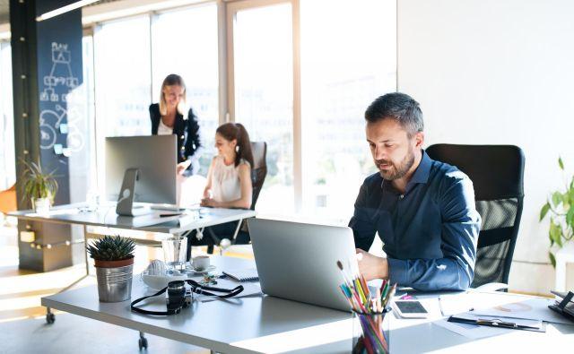 Sproščenost glede oblačil v pisarni po mnenju mnogih prinaša v delovno okolje mnoge prednosti, ki nikogar nič ne stanejo. FOTO: Halfpoint/Getty Images/Istockphoto