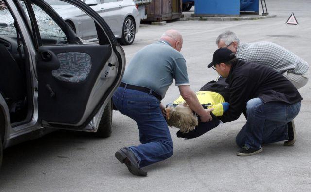 Ker ljudje ne znajo dovolj dobro ukrepati ob nesrečah, bodo na Rdečem križu predlagali, da bi izpit iz prve pomoči vozniki obvezno obnavljali. FOTO: Mavric Pivk