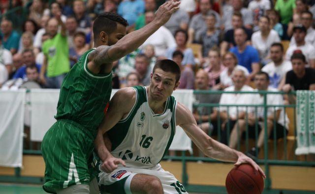 Marko Jošilo (z žogo) in Devin Oliver (levo) sta statistično najbolje ocenjena igralca v finalu DP.<br />