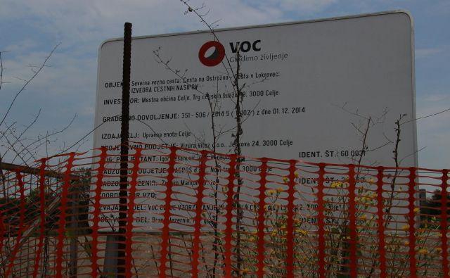 Gradbiščna tabla na bodoči severni vezni cesti v Celju, ki že dolgo čaka, da bo Mestna občina Celje kje našla denar za gradnjo. FOTO: Brane Piano/Delo