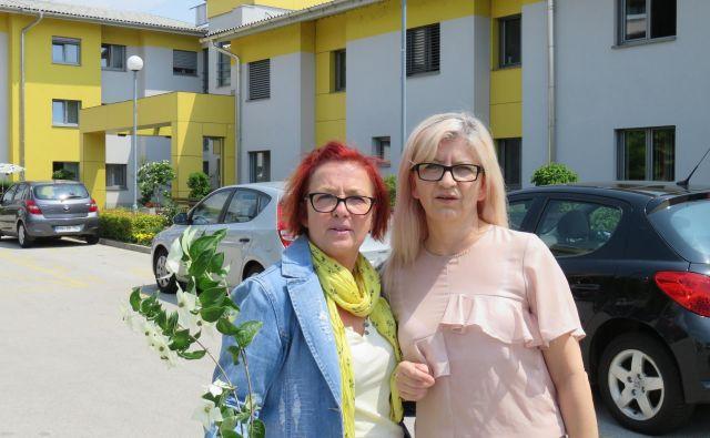 Nataša Malnar, predsednica sindikata zdravstva in socialnega skrbstva doma upokojencev Kranj (levo), in Eva Kovačec, zaposlena v domu, ki je tudi prejela opozorilo pred odpovedjo delovnega razmerja. FOTO: Blaž Račič/Delo
