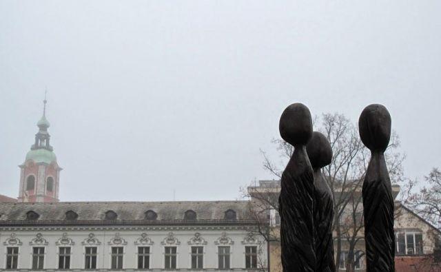 Spomenik ženskim demonstracijam proti fašističnemu nasilju poleti 1943 Edvarda Ravnikarja iz leta 1953 so leta 2010 nadomestili s skulpturo Dragice Čadež na Pogačarjevem trgu. FOTO: spomeniki.blogspot.si