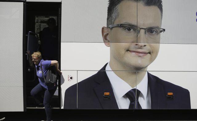 Z avtobusom s Šarčevo podobo bodo kandidati LMŠ do konca kampanje prevozili okoli 6500 kilometrov. FOTO: Jože Suhadolnik/Delo