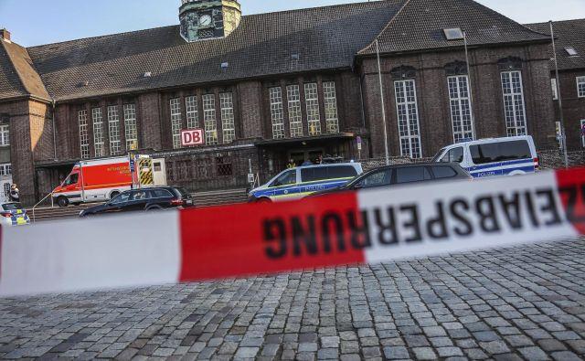Širše območje železniške postaje v mestu ob meji z Dansko so po napadu zaprli za javnost, še navaja dpa.FOTO: AP