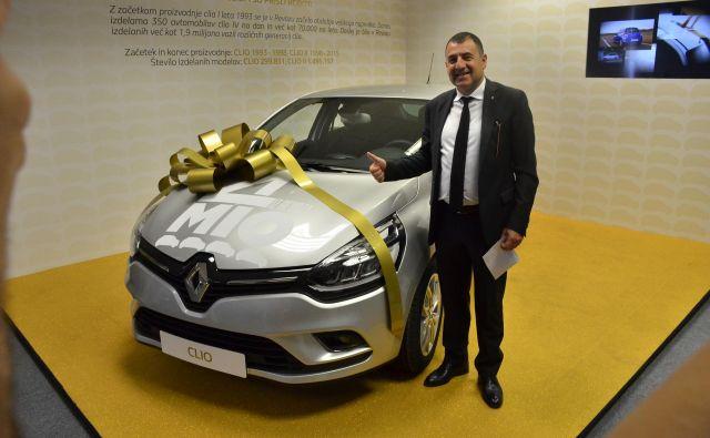 Kaan Ozkaan, predsednik uprave Revoza ob 4-milijontem renaultu (renault clio z dizelskim motorjem zaa francoski trg), ki je bil izdelan v Revozu. FOTO Gašper Boncelj