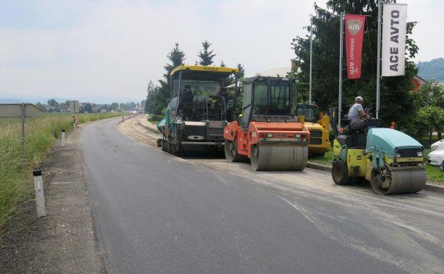 Gorenjska cesta med Mengšem in Topolami bo prenovljena do konca prihodnjega tedna. FOTO: Janez Petkovšek