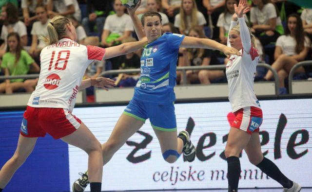 Zunanje igralke Ana Gros, Tjaša Stanko (na fotografiji, prispevala je štiri gole) in Nina Zulić so parirale danskim tekmicam.<br /> Foto Mavric Pivk/Delo