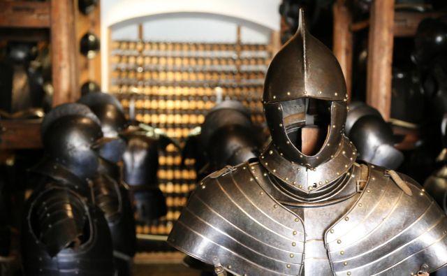 Med obrambnim orožjem pritegnejo pozornost razkošni oklepi za telo, bogato okrašeni s plemenitimi kovinami. Fotografije Milan Ilić