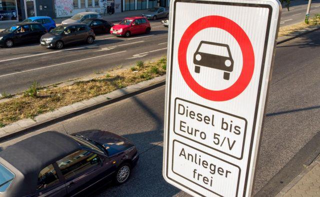 Prometni znak na hamburški aveniji Max Brauer, ki prepoveduje promet avtomobilom z dizelskim motorjem.<br /> FotoDaniel Bockwoldt/ AFP
