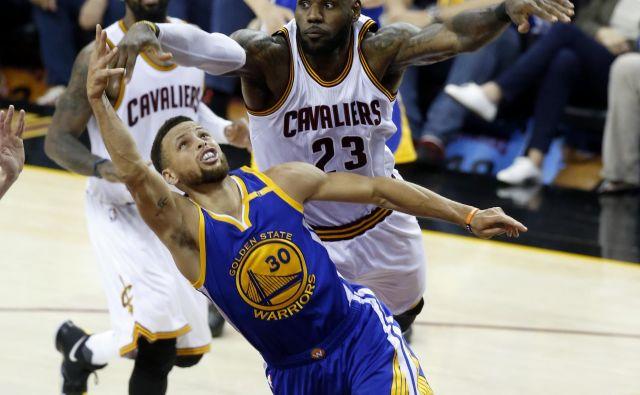 Ali lahko LeBron James (23) ustavi Stephena Curryja?<br /> Foto AP