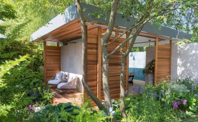 V najbolj prestižni kategoriji, Show garden, je prvič zmagal stari sejemski znanec Chris Beardshaw (na fotografiji njegov nežni senčni vrt z lesenim paviljonom). FOTO: Arhiv Royal Horticulture Society
