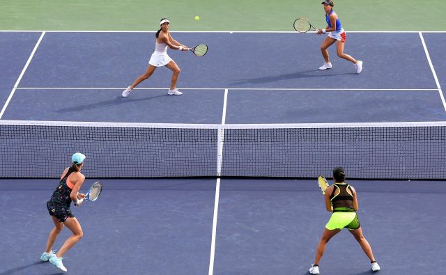 INDIAN WELLS, CA - MARCH 13: (L-R) Su-Wei Hsieh of Chinese Taipei plays a volley with Barbora Strycova of the Czech Republic in their match against (R-L) Vania King of the United States and Katarina Srebotnik of Slovenia during the BNP Paribas Open at the Indian Wells Tennis Garden on March 13, 2018 in Indian Wells, California. Harry How/Getty Images/AFP == FOR NEWSPAPERS, INTERNET, TELCOS & TELEVISION USE ONLY == Foto Harry How Afp