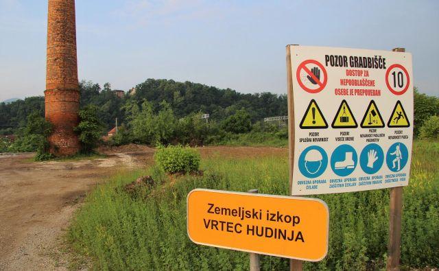 Deponija zemlje iz vrtca Hudinja v stari Cinkarni je izginila, nihče noče povedati, kam. FOTO: Brane Piano/Delo