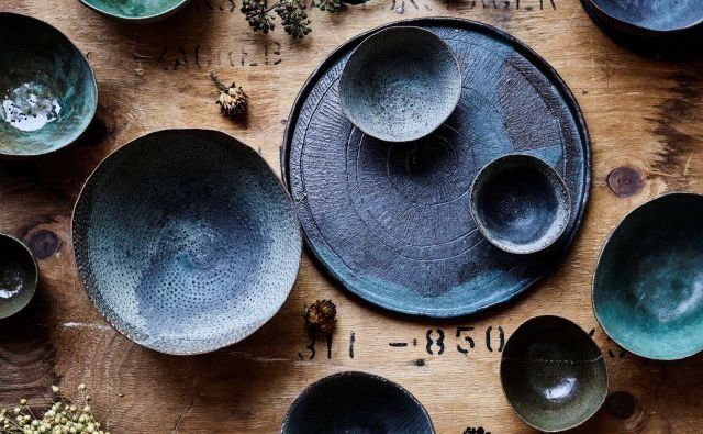 Luknjic ne manjka niti na njeni keramiki. FOTO: Matevž Kostanjšek