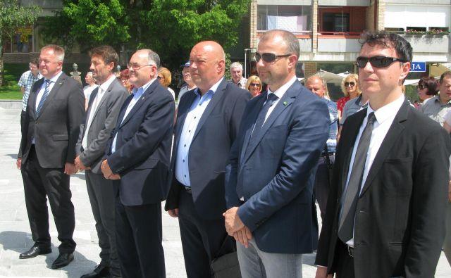 Zagorjani so slovesno pričakali ministra Zdravka Počivalška (skrajno levo) in direktorja Termita Antona Serianza (tretji z desne). Foto Polona Malovrh