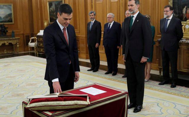 Sancheza čakajo težki časi, saj ima njegova stranka, ki je z zadnjih volitev leta 2016 izšla kot velika poraženka, manj kot četrtino vseh poslancev. FOTO: Reuters