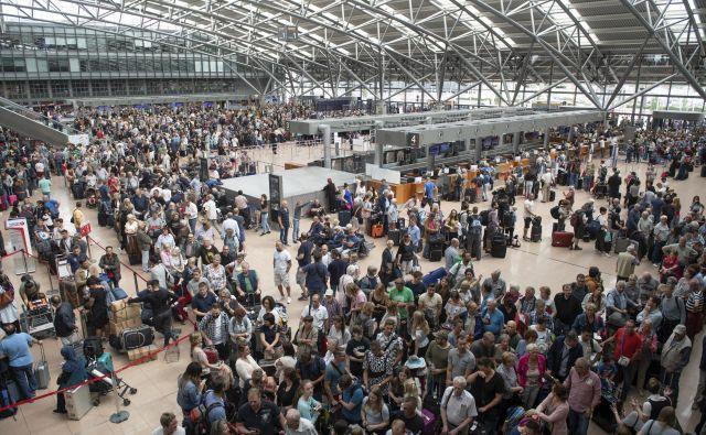 Zaradi izpada elektrike je letališče v Hamburgu ohromelo, potniki pa so obstali na tleh. FOTO: AP