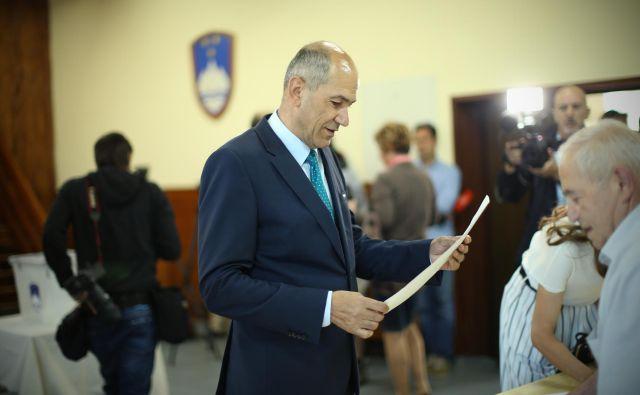 Janez Janša na volišču v Šentilju pri Velenju. FOTO: Jure Eržen/Delo