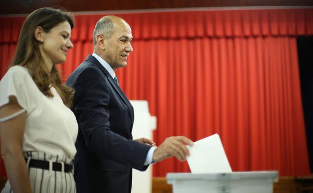 Janez Janša s soprogo Urško na volišču v Šentilju pri Velenju. FOTO: Jure Eržen/Delo
