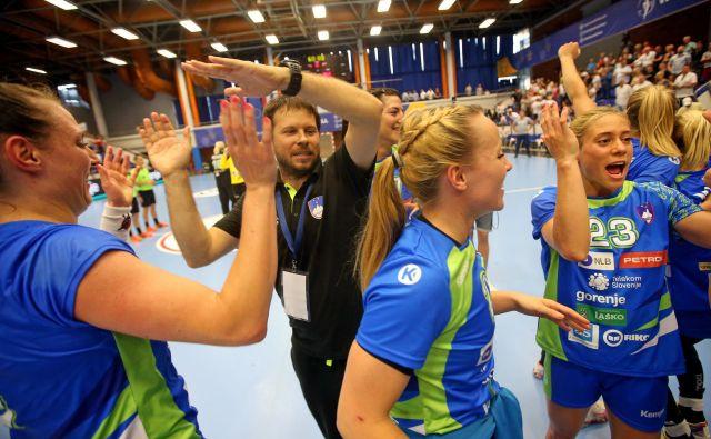Veselje ženske rokometne reprezentance po uvrstitvi na EP. Foto Tomi Lombar/Delo