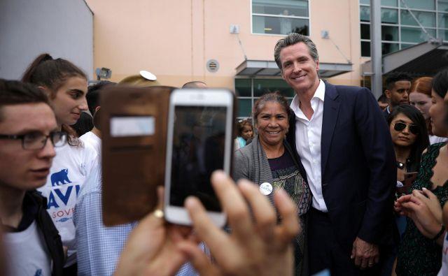 Demokrat Gavin Newsom med svojimi privrženci. FOTO: Reuters