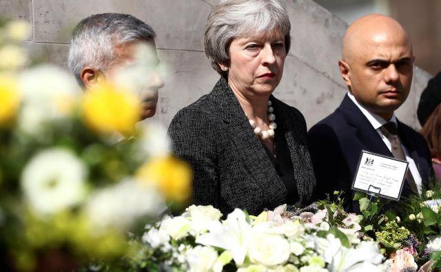 Britanska premierka Theresa May in notranji minister Sajid Javid med nedeljsko komemoracijo prve obletnice terorističnega napada na londonskem mostu. FOTO: REUTERS/Simon Dawson