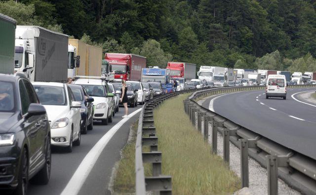 Nadaljuje se tudi odstranjevanje cestninskih postaj. FOTO: Mavric Pivk/Delo