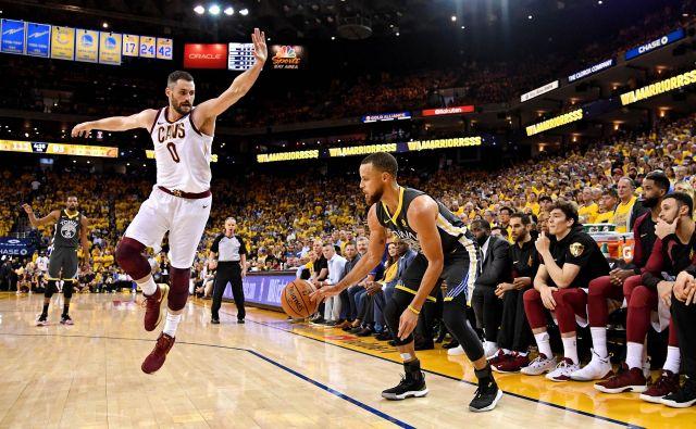 Stephen Curry (30) je v drugi tekmi finala zadeval trojke kot za stavo.<br /> Foto Reuters