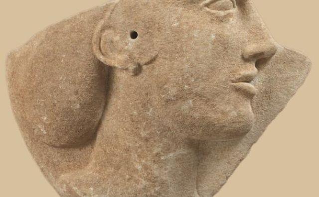 Fragment marmornega reliefa, verjetno upodobitev Afrodite, ok. 460-450 pr. n. št.FOTO: © Nacionalni Arheološki Muzej Atene